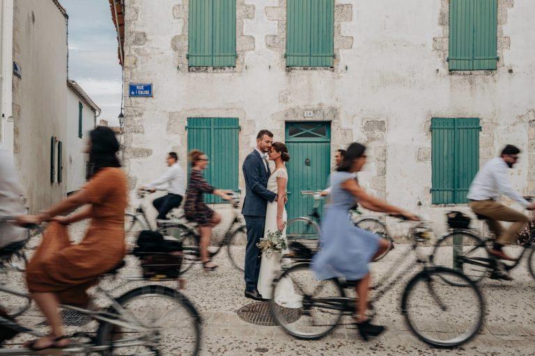 Mariés entrain de se câliner entouré de vélo sur l'ile de Ré.