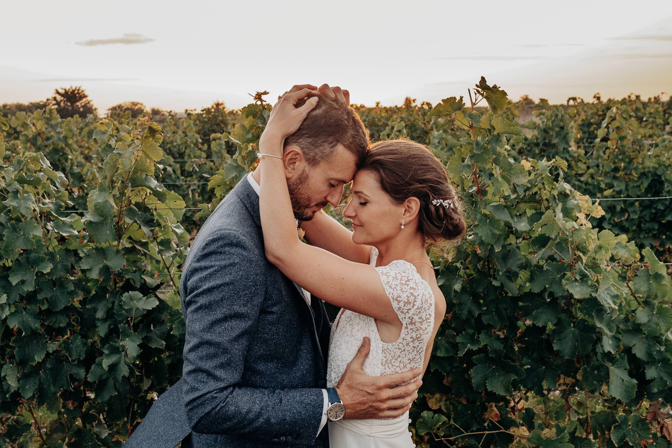 Mariés dans un vignoble français.
